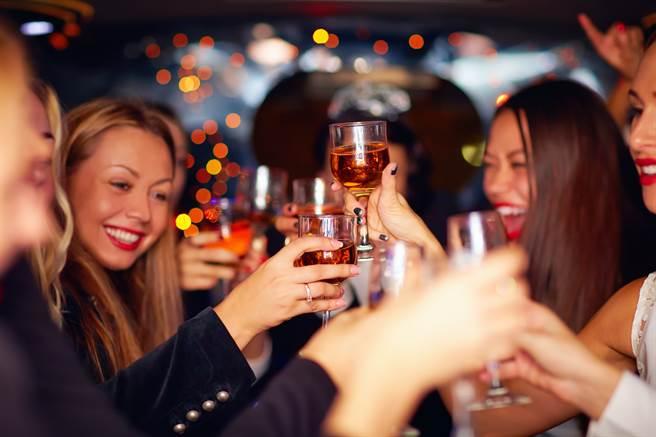 女子喝醉後遭男子撿屍未遂,她說她的酒量很好,「能喝半支伏特加」,但當天被瘋狂灌酒才會險遭性侵。(示意圖/Shutterstock提供)