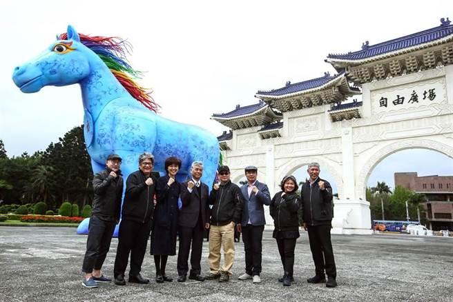 紙風車劇團與客家委員會將於3月12、13日在兩廳院藝文廣場聯手推出最新戶外大型客家親子劇《雨馬》,8日特別率先亮相長13、高10公尺、重7噸的巨型移動藝術裝置「雨馬」,吸引許多往來民眾的目光。(鄧博仁攝)