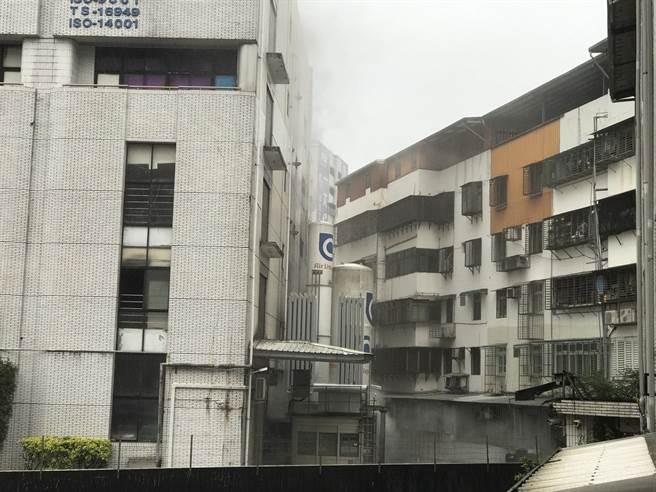 敦南科技基隆廠8日中午發生火警,疑似地下一樓變電箱爆炸。(陳彩玲攝)