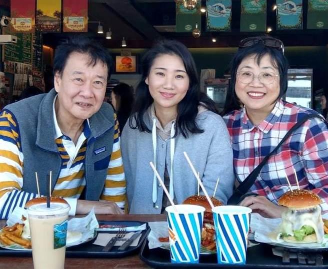 曾以琳(中)去年11月在韓國遭酒駕車輛撞死,今南韓檢方求刑6年,在衛福部嘉義醫院擔任麻醉科主任的父親曾慶暉(左)認為求刑太輕,表示遺憾和難過。(本報資料照)