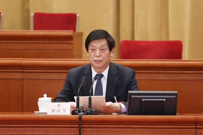 大陸全國人大常委會委員長栗戰書表示,今後一年全國人大的主要任務有6點。其中第一點就直指香港,要確保「一國兩制」實踐行穩致遠。(圖/中新社)