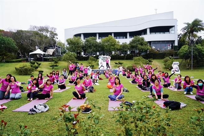 現代人壓力大,瑜珈老師在大自然教導學生,透過瑜珈的柔軟和力量,釋放心靈負擔。(盧金足攝)