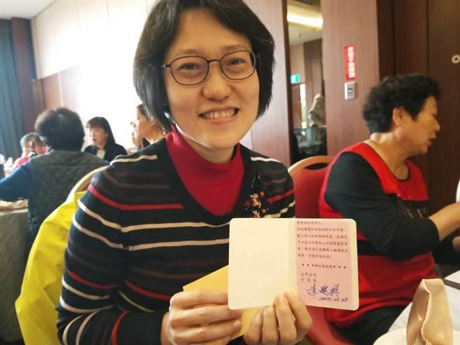 女同仁收到分局長李建興親自簽名的卡片很開心。(陳淑娥攝)