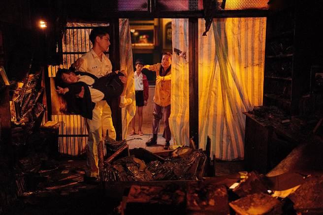 《天桥上的魔术师》双胞胎大佩回到被烧毁的家。(公视、myVideo提供)