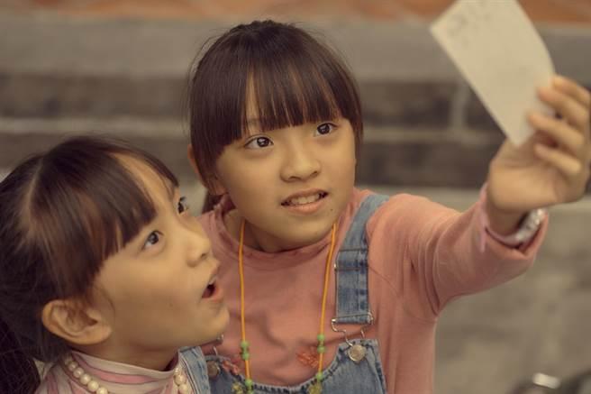 林洁宜饰演大佩(右) 、林洁旻饰演小佩。(公视、myVideo提供)