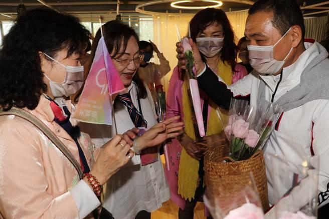 侯友宜在婦女節活動中送女性香氛玫瑰花。(許哲瑗攝)