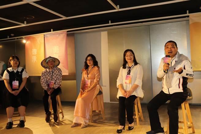 侯友宜與4位女性代表對談幸福密碼和星座 , 左起為游庭誼、楊桂馨、武氏芳恆、何碧英。(許哲瑗攝)