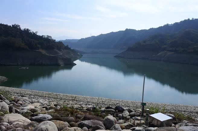 久旱未雨全台水情拉警報,台中德基水庫更創啟用47年以來最低水位。(台中市政府提供)