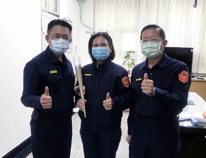 三月八日婦女節,台南市警六分局長陳錦文(左)親自致贈金莎巧克力花束給副分局長吳麗娟(中)。(警六分局提供/洪榮志台南傳真)