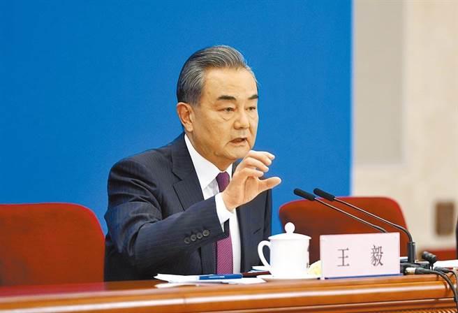 大陸十三屆全國人大四次會議正在北京人民大會堂舉行,兩會新聞中心邀請國務委員兼外交部長王毅舉行記者會,就「中國外交政策和對外關係」相關問題回答中外記者提問。(圖/新華社)