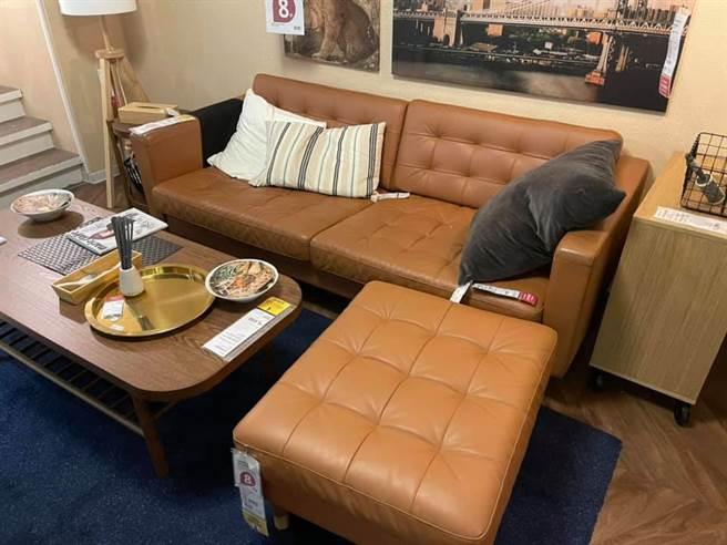 一位網友抱怨,看中的沙發組缺貨剩台中店還有,但IKEA店員表示,由於台北、台中分屬不同倉庫,所以無法調貨。(摘自爆怨公社)