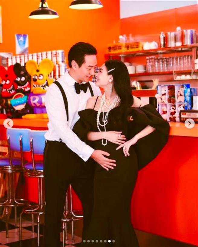 王思佳曬出被老公捧肚子的照片,宣布要當媽了。(圖/翻攝自IG)