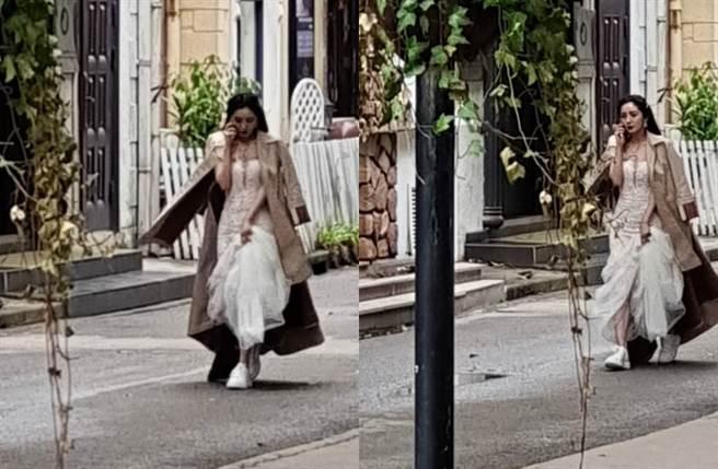 楊冪再穿婚紗,身材曲線盡現。(圖/翻攝自微博)