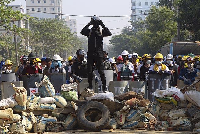 數萬名緬甸民眾7日再度於仰光和第二大城瓦城等地集結,為近日遭軍警殺害的罹難者默哀,對於幾小時前,安全部隊在仰光發動的通宵突襲與逮捕行動,民眾毫無畏懼。(美聯社)