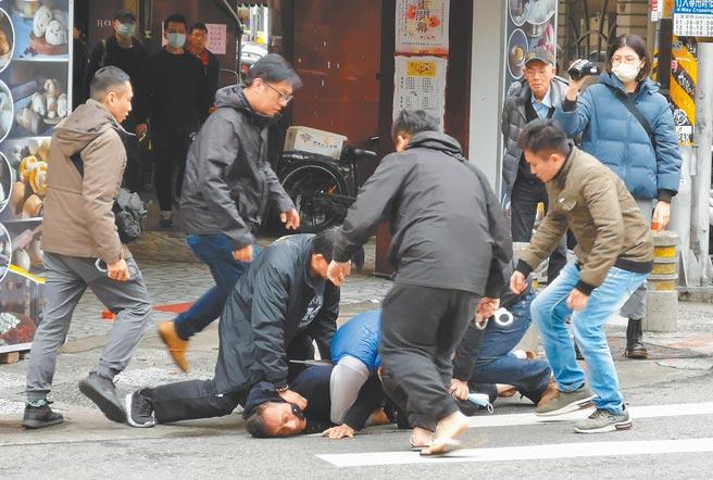 刑警上前時嫌犯手伸入外套口袋意圖掏槍拒捕,手槍未掏出就在口袋擊發,所幸最後沒有造成傷亡。(陳君瑋攝)
