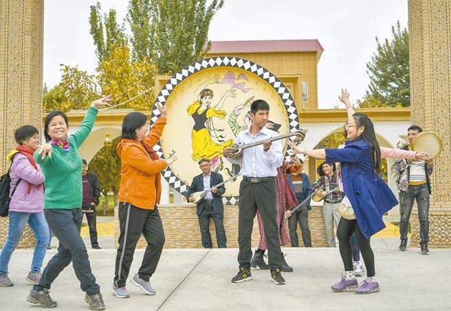 中國國務委員兼外交部長王毅昨表示,新疆維吾爾族人口從500餘萬增至1200多萬,人口數翻一倍,所謂「種族滅絕」說法是徹頭徹尾的謊言。(中新社)