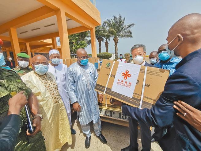 中國持續對外援助新冠疫苗,圖為中國國產新冠疫苗運抵幾內亞,該國多位官員迎接。(新華社)