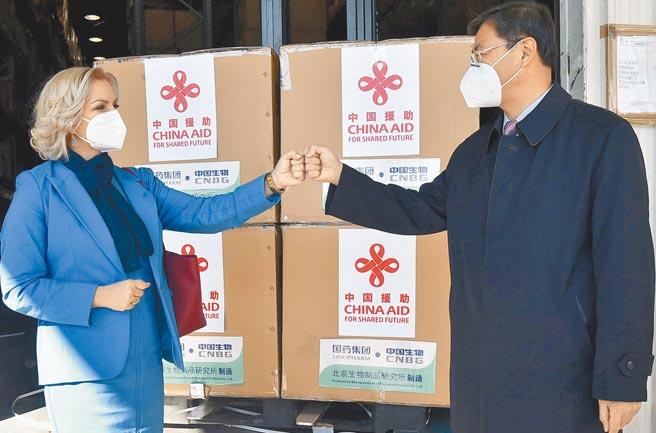 中國援助蒙特內哥羅新冠疫苗3月3日運抵其首都,該國衛生部長博約維奇、總理外事顧問茨爾諾戈拉茨和中國駐蒙特內哥羅大使劉晉(右)出席交接儀式。(新華社)