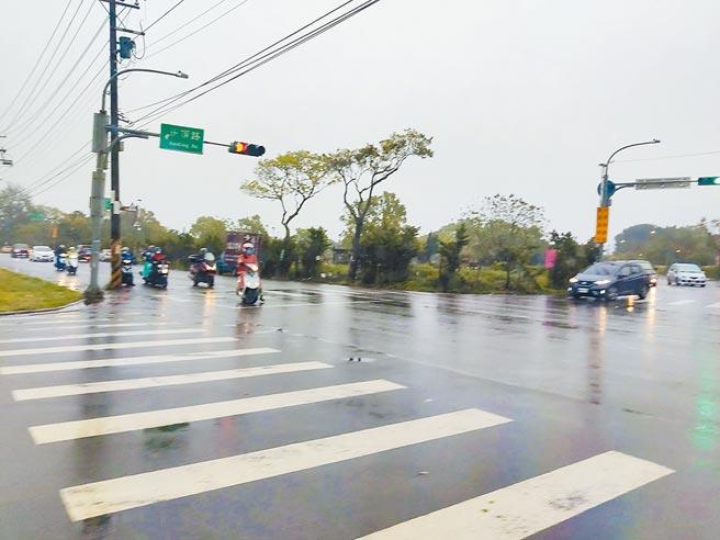配合捷運綠線工程開闢的「八德區介壽路到建德路新闢道路工程」定線說明會日前舉辦,不過地主對於採區段徵收或者協議價購仍有疑慮。(賴佑維攝)