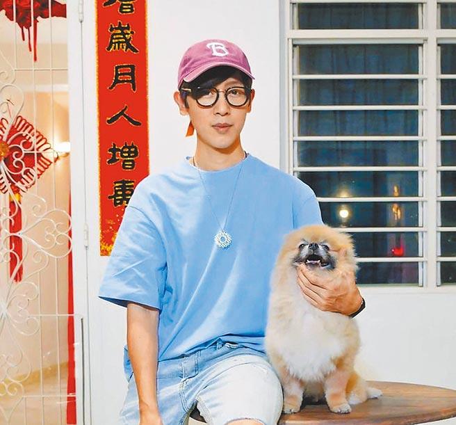 方泂鑌過年期間與家中愛犬一同拍攝新歌MV。(摘自方泂鑌IG)