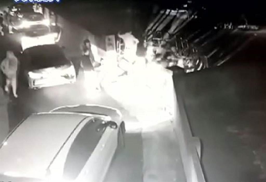 雲林縣虎尾鎮發生聚眾尋仇案件,數名男子砸毀被害人轎車與鐵門,檢警逮捕數名涉案人員擴大偵辦中。(民眾提供/張朝欣雲林傳真)