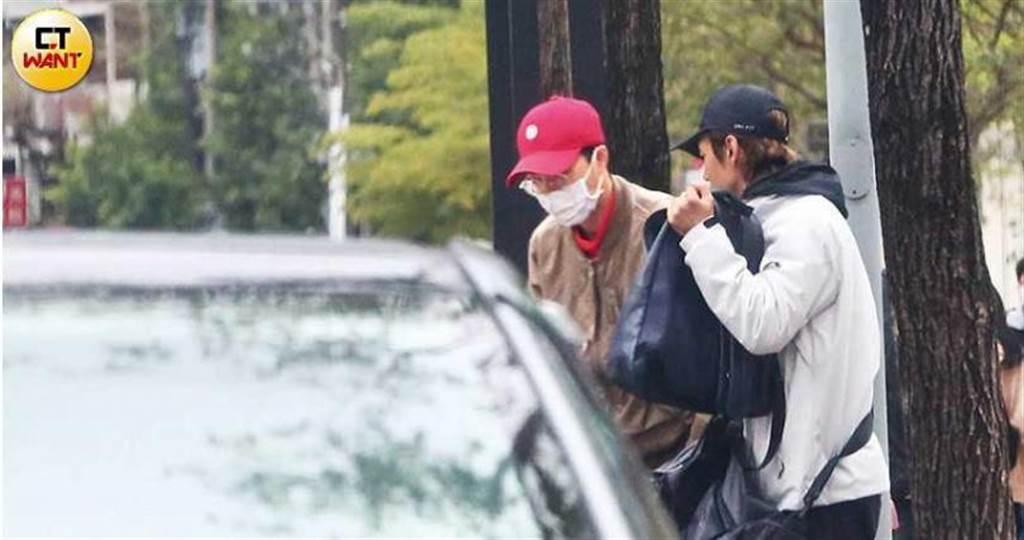 結束工作的江宏傑,與紅隊隊員廖允杰一同搭車離開體育大學,前往捷運迴龍站。