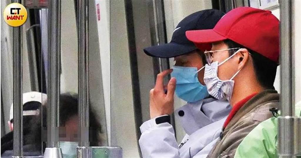 在捷運上,江宏傑與廖允杰一開啟話匣子便滔滔不絕,似乎很有話聊。