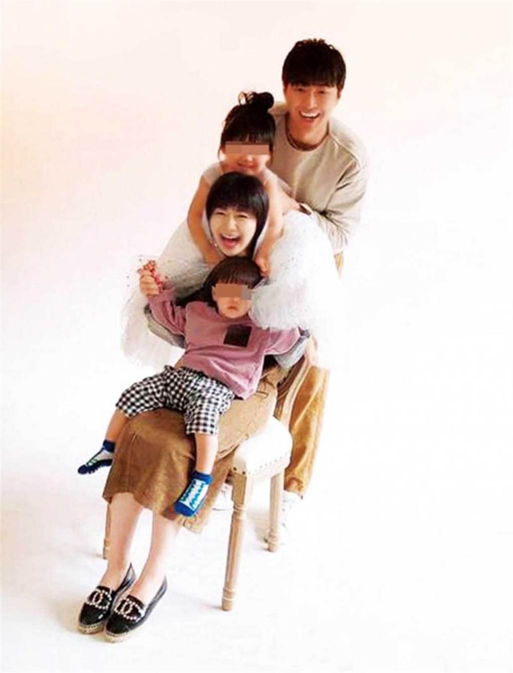 今年元旦,江宏傑PO出一家四口的甜蜜合影,夫妻倆笑得很開心。(圖/翻攝自江宏傑臉書)