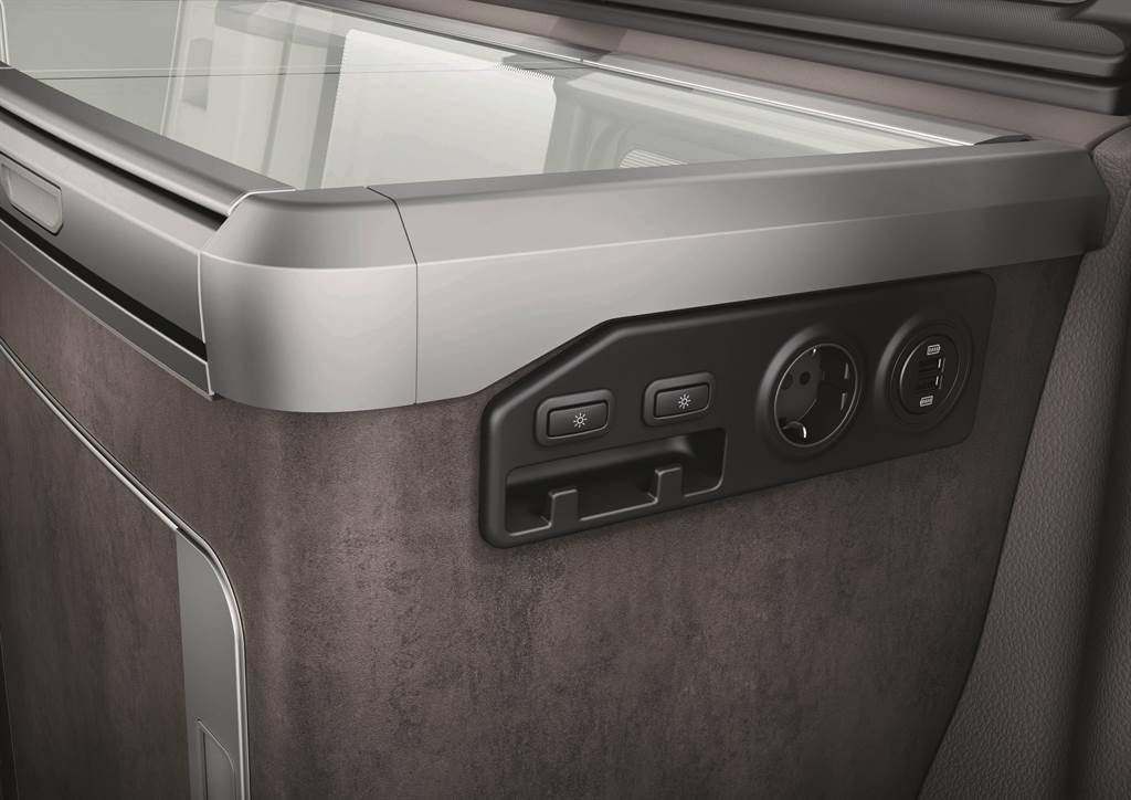 全車提供多達10組電源供應,包含USB-A、USB-C、12V與230V歐規插座等,滿足各式電器需求。