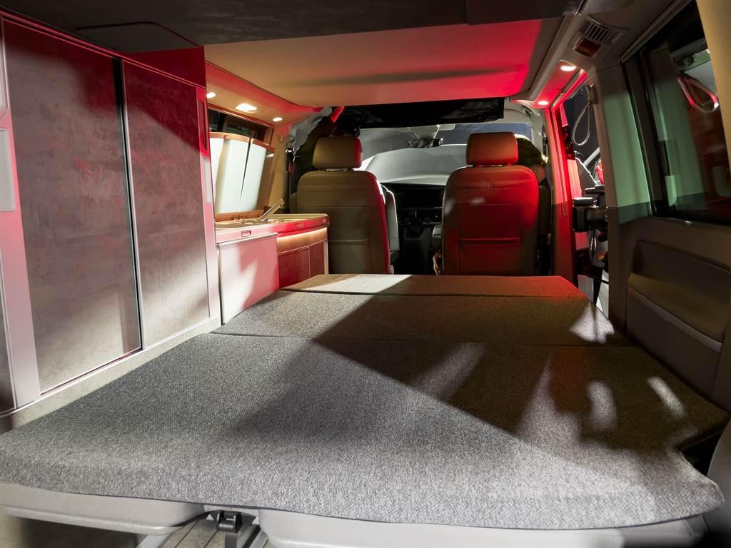 後座椅背躺平後,鋪上舒適型床墊,即是主臥,一旁還有置物櫃與衣櫃。