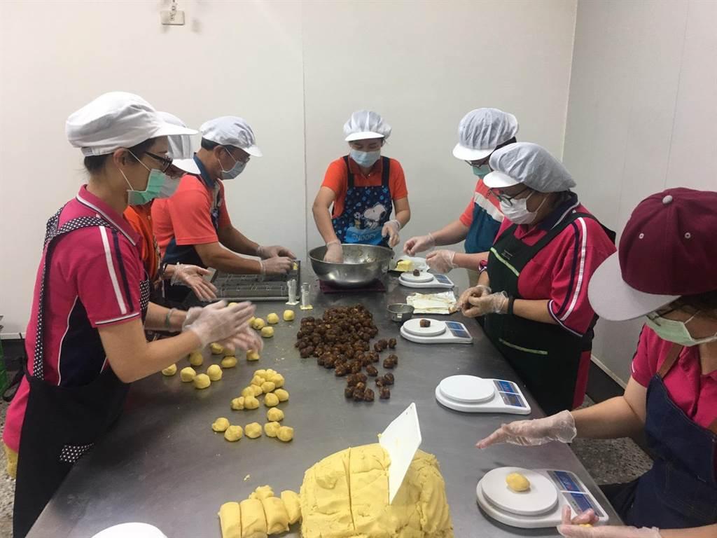 內門農會供銷部主任薛慧碧說,上周五接到新加坡貿易商確認訂購2400盒龍鳳酥後,農會全體同仁本周開始進行加班趕工作業,希望將最新鮮、最好吃的龍鳳酥行銷出去。(林雅惠攝)