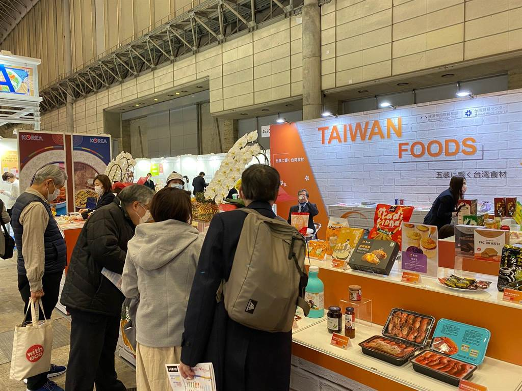 東京食品展盛大開場,貿協以臺灣館實體產品展示,吸引買主駐足參觀。(貿協提供)