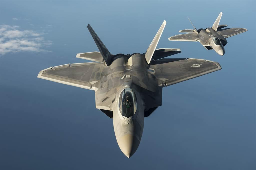 大陸學者指出,若北京對台動武,將正面槓上美國,恐面臨「無法預測的代價」。圖為美軍F-22戰機。(圖/DVIDS)