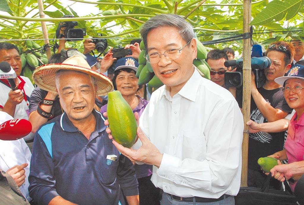 大陸海協會會長張志軍2014年曾到高雄市杉林區參訪果園,並在果園主人指導下採摘木瓜。(中新社)