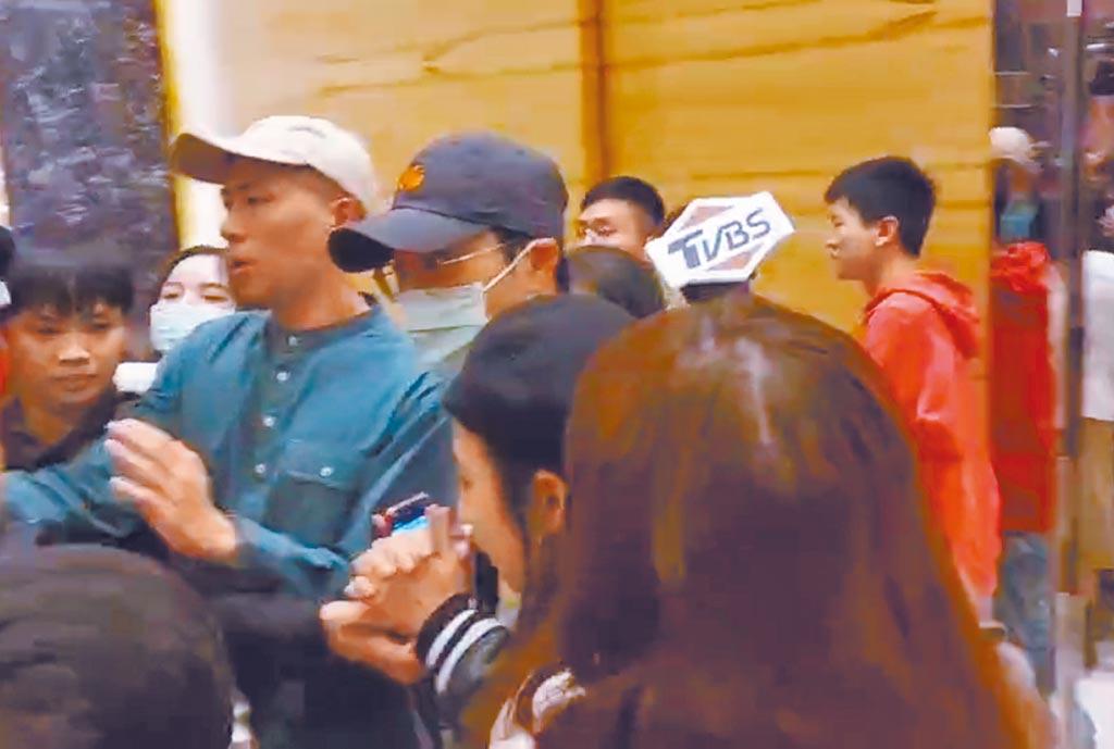 江宏傑(中)昨在大批人員護送下離開春酒會場。(吳維書攝)