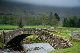 現代愚公 妻過河跌倒承諾徒手蓋橋被笑 5年後村民全跪了