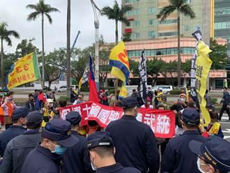不滿獨派主張拆蔣介石銅像 統派立院外抗議與警爆推擠