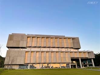 清水模建築竟然是圖書館 看書賞景好不愜意