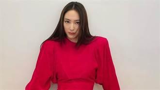 Krystal大紅禮服性感高衩  雙腳大開下半身曲線遭看光