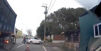 24岁女自撞电线杆 热心大货车司机协助推车