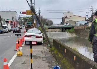 楊梅秀才窩溪護岸突崩塌 一旁車輛、電桿險摔落