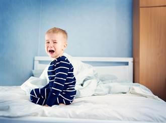 5岁童半夜哭喊「有没有人搂我睡」 父揭无奈真相惹鼻酸