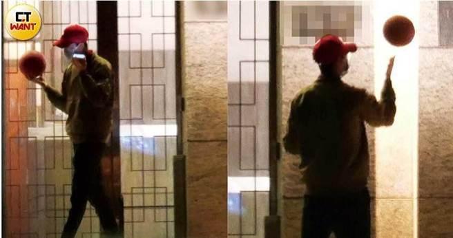 返家后的江宏杰准备出门运动,还一派轻松地转起球,但在接到一通讯息后,他便一边接收一边回应,当场又返回家中未再现身。(图/本刊摄影组)