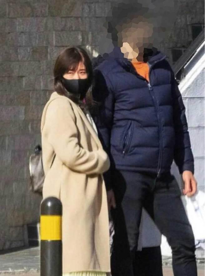 3月3日日媒报导福原爱与一名高大男子出游,被外界解读成她与江宏杰的婚姻即将不保。(图/翻摄自《女性SEVEN》)