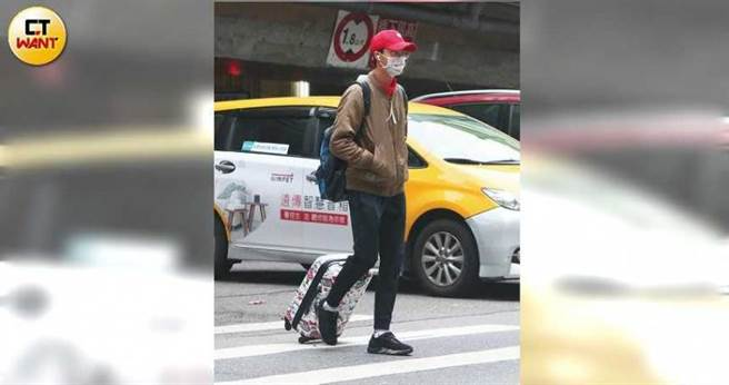 江宏杰在行天宫站下车,拖着HELLO KITTY的行李箱前往经纪公司。