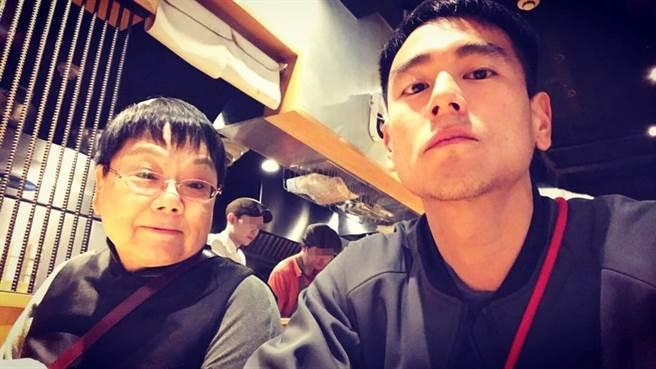 彭于晏跟媽媽感情好。(圖/翻攝自yuyanpeng IG)