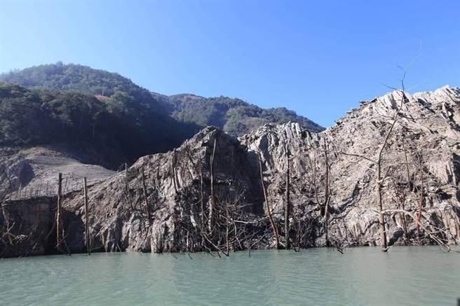 德基水库蓄水率跌破一成,将对台中地区供水造成衝击。(翻摄自脸书 大台中生活)