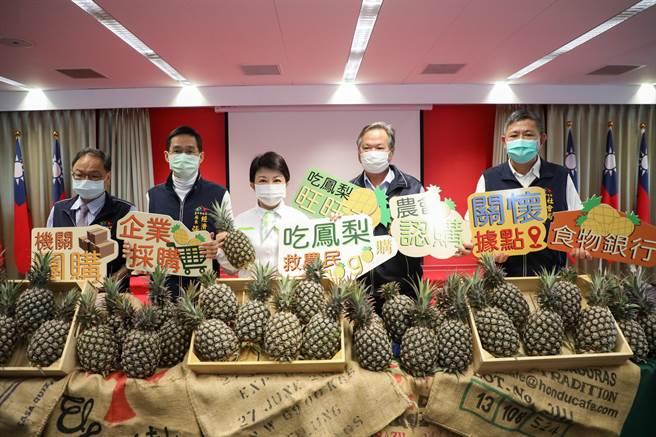 台中市長盧秀燕力挺台灣鳳梨,市府號召推出多元行銷幫助農民。(盧金足攝)
