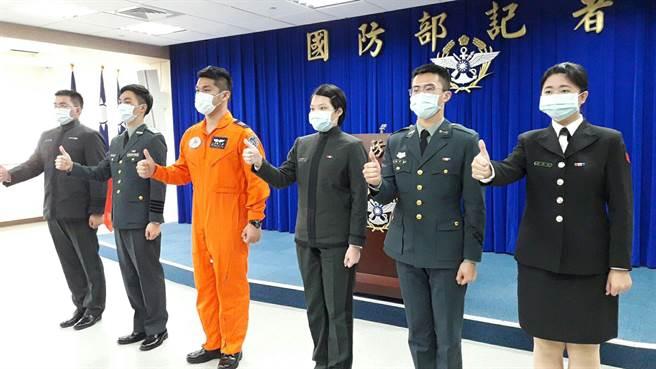 為鼓勵加入國軍,國防部今找來松指部上尉飛行官王宲融(左三)向青年學子喊話說,加入空軍後,「我都是最被羨慕的那一位!」(朱真楷攝)