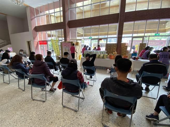 警广台中分台9日举办「空中传爱、挽袖捐血」活动,各单位踊跃参与,民眾更是热情。(冯惠宜摄)